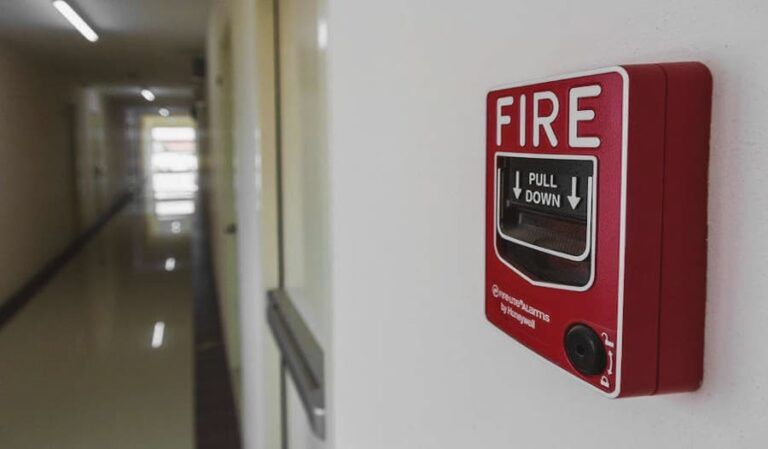 ¿Por qué los ocupantes de edificios ignoran las alarmas de incendio?
